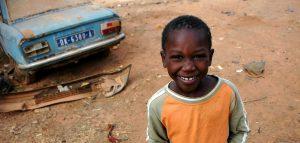 Gatubarnspojkar i Senegals huvudstad Dakar
