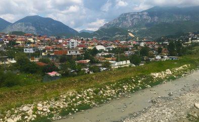 Gatubarn i förort till huvudstaden Tirana